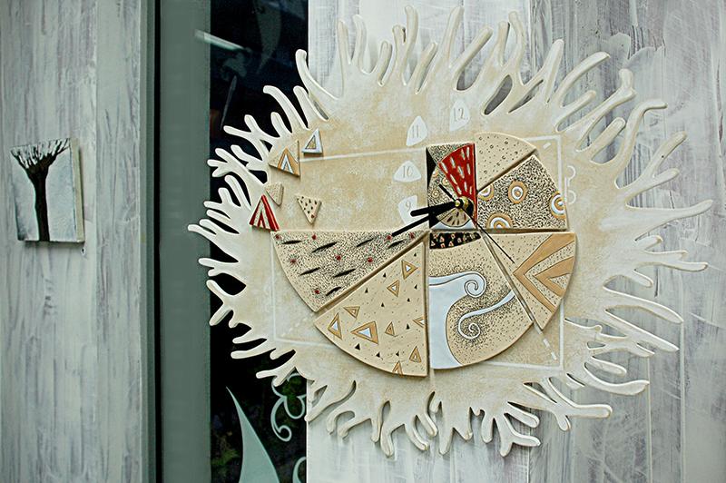 Изработка на арт часовник от керамика в Пловдив от Light on студио за реклама